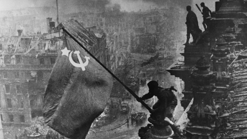 Знамя Победы над рейхстагом. Снимок сделан 1мая 1945 года.