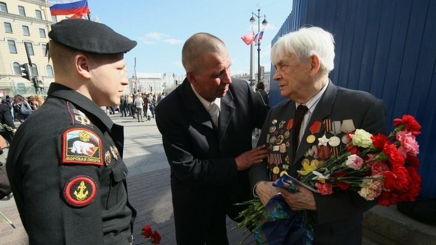 Ветеранам традиционно дарят гвоздики— цветок, который вДревнем Риме вручали победителям.