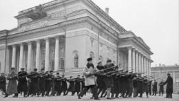 Ролики огероях блокады Ленинграда показали нафасадах зданий вроссийских городах