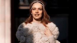«Интересный стиль!»: Водянова надела дизайнерское платье сшерстяными носками