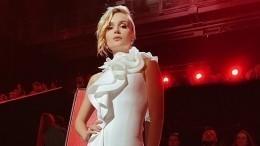 Гагарина вышла насцену вкостюме сэкстремально глубоким декольте
