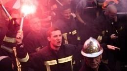 Видео: пожарные устроили массовую драку сполицией вПариже