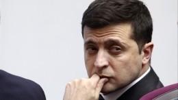 Всети опубликовано видео, как Владимир Зеленский набивает рот монетами