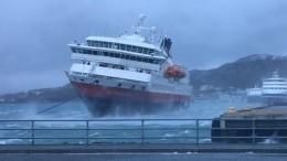 Круизный лайнер спассажирами вжуткий шторм прибило кпирсу вНорвегии