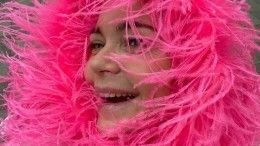Пегова всвете софитов кружилась втанце воблегающем платье срозовыми перьями