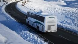 Туристы замерзают вавтобусе подороге всело из«Левиафана»