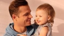 Младшая дочь Тарасова расцеловала фото отца вжурнале, соскучившись понему