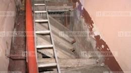 Лестничный пролет обрушился впятиэтажном доме вПетербурге