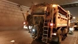 Водитель каршеринга протаранил снегоуборочную машину вПетербурге