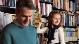 «Очень умная!»— внучка Пугачевой вместе спапой читает книжки наиспанском
