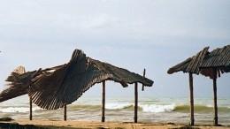 Дороги размыты, ветер сбивает сног: мощный шторм бушует вКрыму