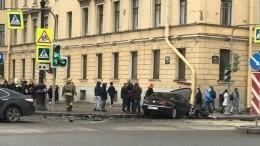 Видео: ВПетербурге Volkswagen вылетел натротуар после ДТП