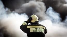Мощный пожар обрушил кровлю крупного склада под Мурманском
