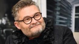 Александр Васильев утонченно признался влюбви ксмотрительнице музея вПетербурге