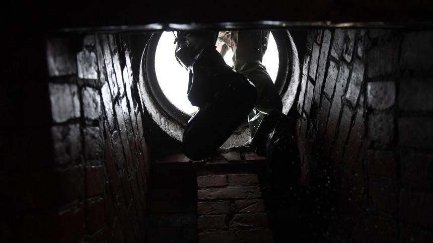 Два человека провалились вколлектор вСаратовской области, один изних погиб