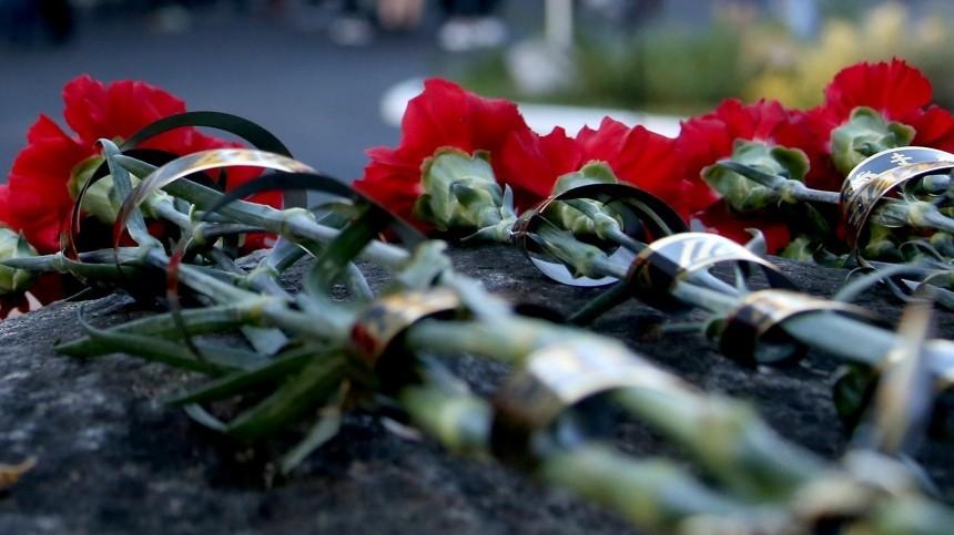 Жители Калининграда несут цветы нарынок, где застрелили супружескую пару