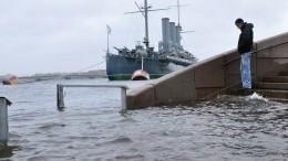 Дамбу закрывают вПетербурге из-за угрозы наводнения