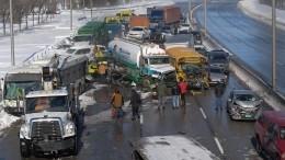 Более 200 машин столкнулись из-за метели вКанаде— видео