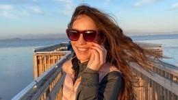 Виктория Дайнеко вплатье сглубоким декольте напомнила фанатам Меган Маркл