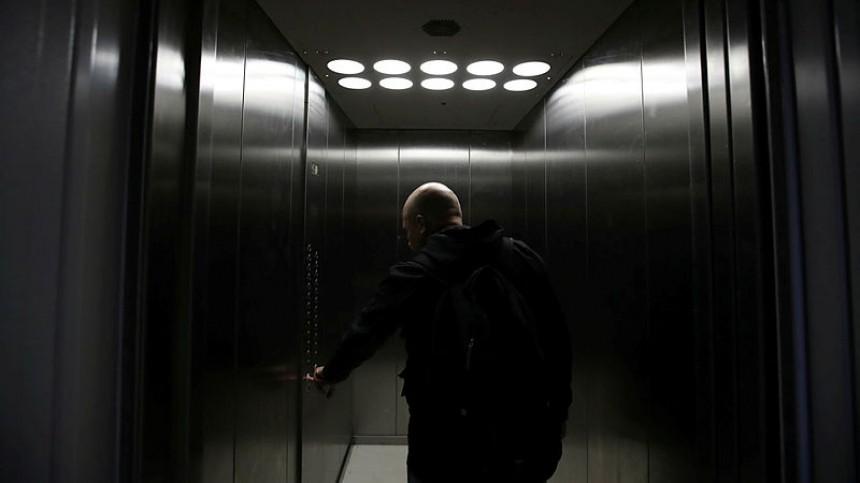 ВМоскве рабочий разбился, упав вшахту лифта настройке