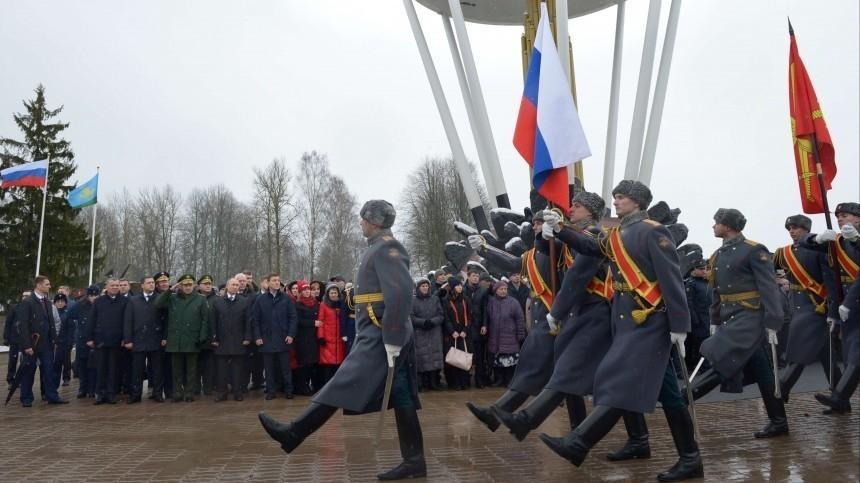 Владимир Путин почтил память десантников бессмертной 6-й роты вПскове