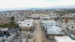 Местные жители возвращаются впригород Алеппо, освобожденный отбоевиков