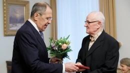 Лавров вручил ветеранам-блокадникам вФинляндии юбилейные медали к75-летию Победы