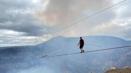 Канатоходец прошел над кратером действующего вулкана— видео