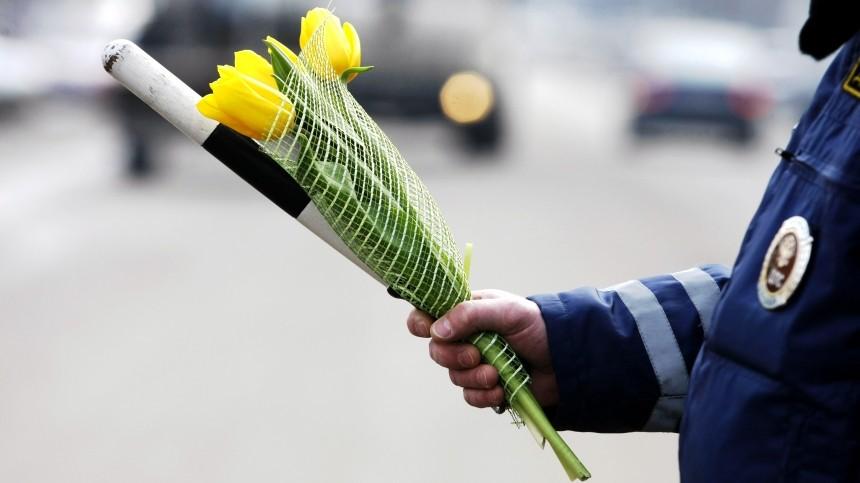 ВЮжно-Сахалинске инспекторы ГИБДД вручили цветы автоледи