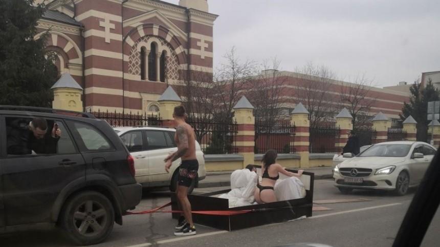 Полуголые блогеры устроили заезд накровати, парализовав движение вМоскве