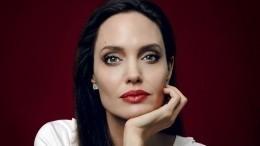 Крепкая семья: Дочери Джоли искренне заботятся друг одруге после операций