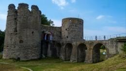 После реставрации задесятки миллионов рублей обрушился вход вкрепость Копорье