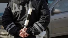 Автолюбительница прокатила своего друга втазу поасфальту, привязав кмашине