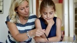 Нужноли ребенку помогать сдомашним заданием? Психолог отвечает насложные «школьные» вопросы