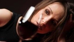 ТОП-5 губительных последствий употребления вина для женской красоты