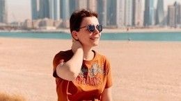 Молодая пассия Петросяна непостеснялась показать грудь напляже Дубая