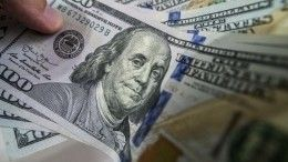 Видео: Жительница Краснодара выбросила тысячу долларов сбалкона напрохожих