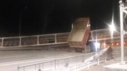 Самосвал снес пешеходный мост воВладимирской области— видео