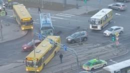Туристический автобус столкнулся смаршруткой вПетербурге