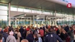 «Это издевательство»: российских туристов часами держат нахолоде перед зданием аэропорта вПодгорице