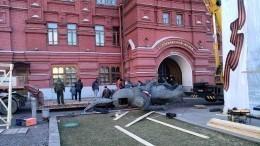 Памятник маршалу Жукову вцентре Москвы демонтировали