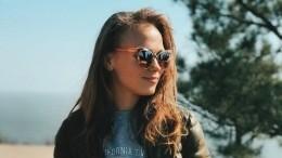 «Красуня»: Женя из«Сватов» кокетливо оголила плечико настильном фото