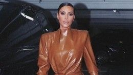 «Соскрипом»: Ким Кардашьян показала, как нанее натянули латексный костюм