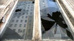 Житель Саратова пытался выбросить жену иребенка спятого этажа