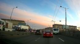 Иномарка перелетела через отбойник наэстакаде ивлетела вгрузовик вПетербурге