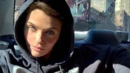 Карантин вгорах: 51-летняя супермодель снялась наприроде вкупальнике