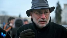 «Паниковать незачем»: Борис Акунин заболел коронавирусом