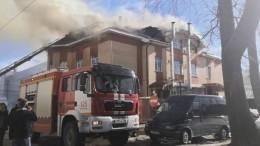 Видео: ВАрхангельске спасали людей сгорящей крыши