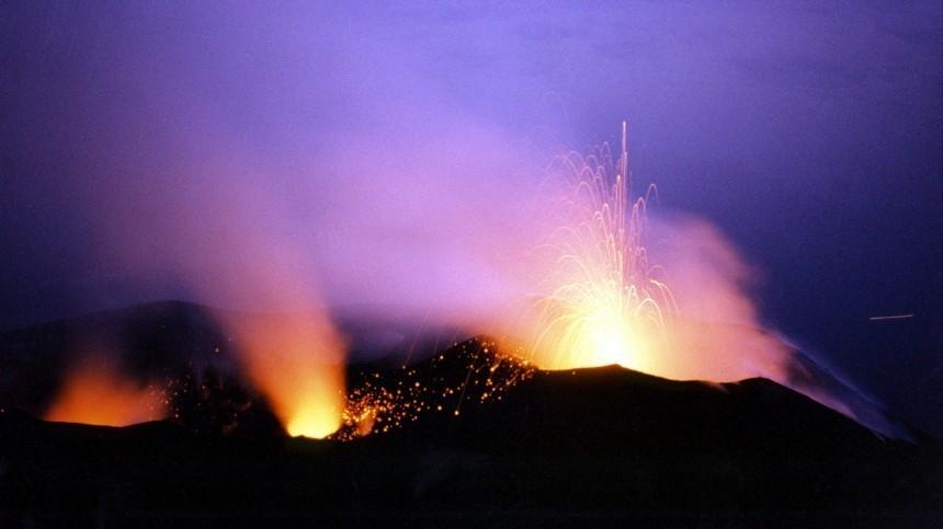 Видео: Сильное извержение вулкана произошло наострове Ява вИндонезии