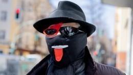 Украинец создал противочумный костюм иедва незадохнулся, решив внем покурить